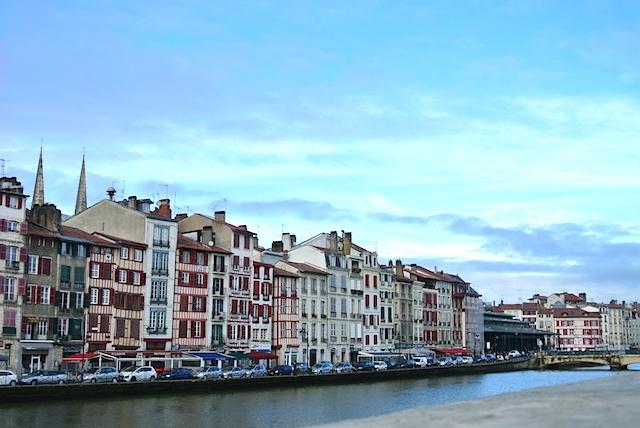 カラフルな街並が魅力、フランス南西部の都市「バイヨンヌ」
