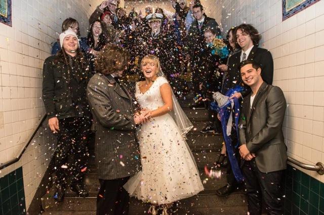 最新NYスタイルの結婚式?地下鉄車内で永遠の愛を誓ったカップル