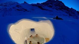 マイナス40℃にも耐えられる寝袋で一夜を過ごす。スイスにあるアイスホテル