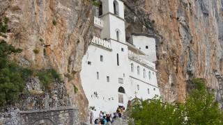 断崖絶壁に隠れた秘境の聖地 オストログ修道院