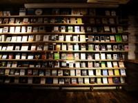 おしゃべりOK!コーヒーやお酒も飲める。 日本の次世代図書館3選