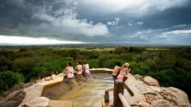 オーストラリアの雄大な自然に抱かれた、癒しの絶景温泉リゾート