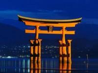 【世界遺産宮島のライトアップ】屋形船で夜の海上散歩 老舗旅館「岩惣」