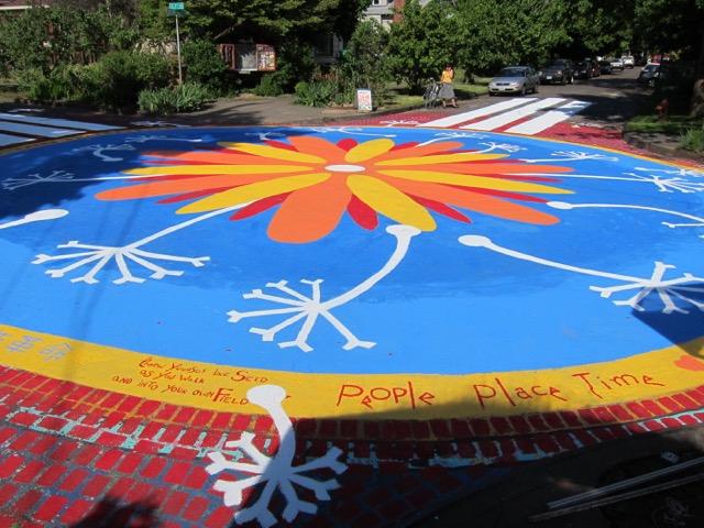 交差点に巨大な絵、無料ティーステーション・・・ 住人によるシティ・リペアが素敵