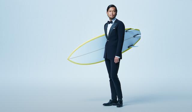 スーツを着ながらサーフィンができる!?驚愕のウェットスーツ