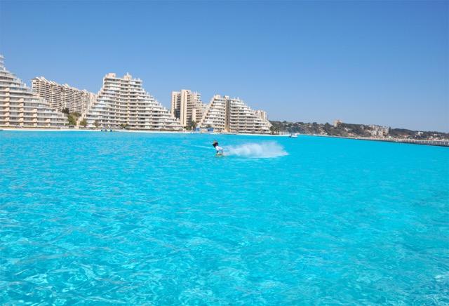 【チリ】長さおよそ1キロ!世界で最も大きい屋外プールがあるホテル