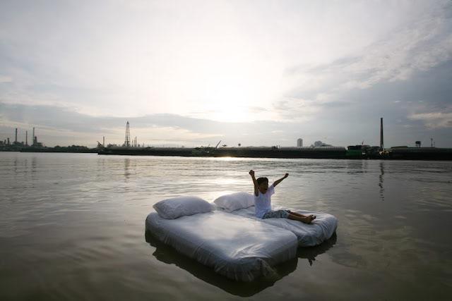 これが本当のウォーターベッド?水の上で眠るホテルがあった!