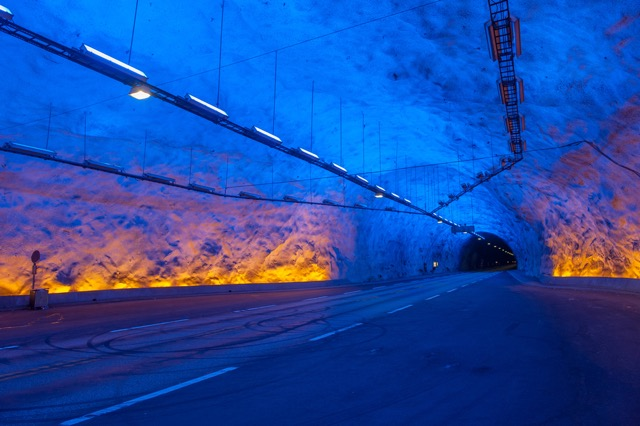 その向こうに続くのは別世界?いつか通り抜けてみたい世界の神秘的なトンネル10選