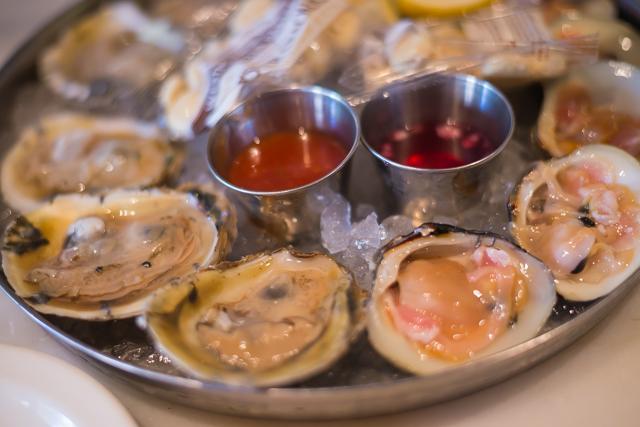 行列の出来るNYCのレストラン 牡蠣6個とグラスワインで9ドル!
