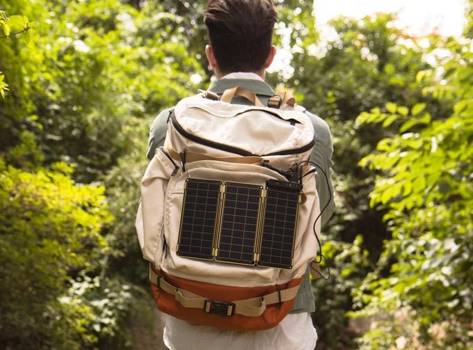 旅行好き必見!世界最薄最軽量のソーラーチャージャー