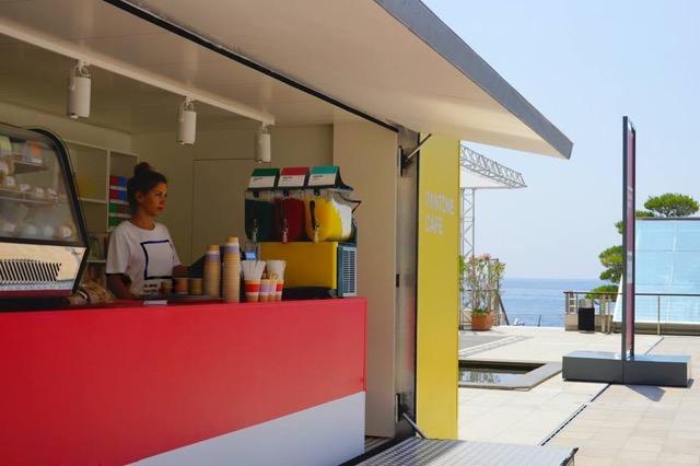 カラフルで美しい!モナコにある海の家カフェ