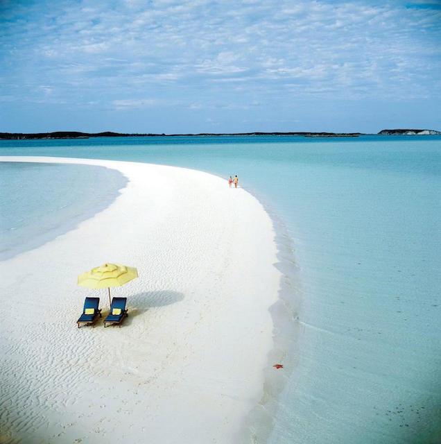 見た瞬間から新しい世界が広がりそうな、海に浮かぶ白い道絶景