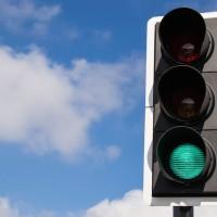 信号は青じゃなくて緑?日本と海外の色彩感覚の違い。