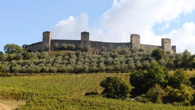 中世へタイムスリップ。丘に王冠を戴せたような美しき町、モンテリジョーニ