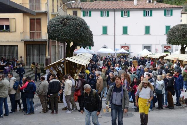 楽しい収穫祭、小さな村Marradiで行われる盛大な栗祭り