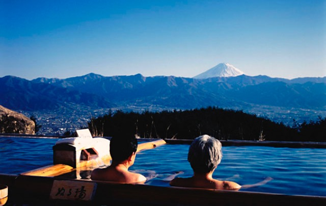 絶景すぎる天然温泉!山頂に作られた「ほったらかし温泉」とは?