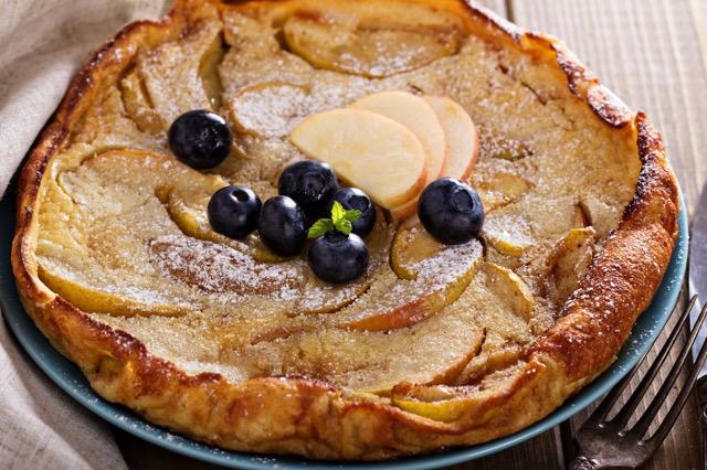 【レシピ】週末の朝食に!オーブンで焼くりんごのパンケーキ