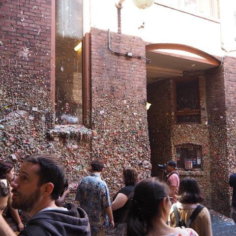 衝撃!きれい!!「ガムの壁」が20年ぶりの清掃