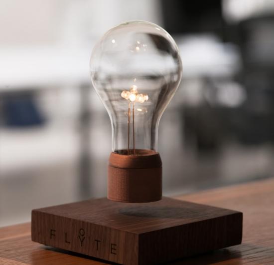 世界初、空中に浮かぶライトがついに商品化!本当に浮いてます!
