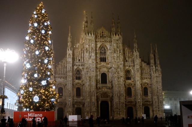 1万個のクリスタルオーナメントが輝く、イタリア・ミラノのクリスマスツリー