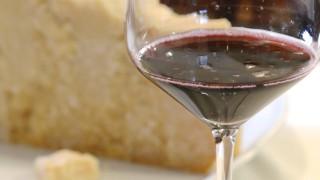 パーティに必須のスパークリングワイン、ちょっと趣向を変えて、赤はいかが?