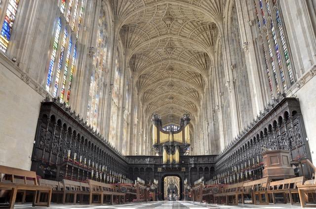 ケンブリッジ大学の教会で行われたロマンチックなイルミネーションショー