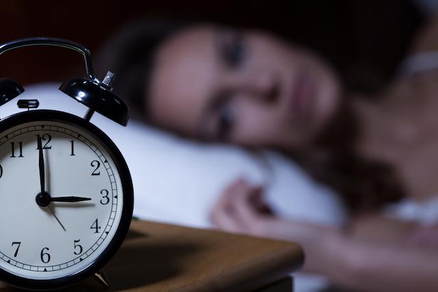 眠れない夜に試してみたい、簡単に眠りに落ちる方法