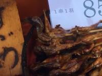 京都・伏見稲荷名物の「すずめの丸焼き」実食ルポ