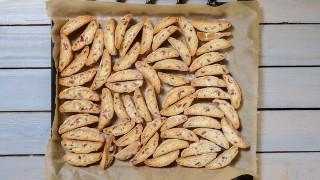【簡単レシピ】混ぜて焼くだけ、バターなし!イタリアのお菓子ビスコッティ
