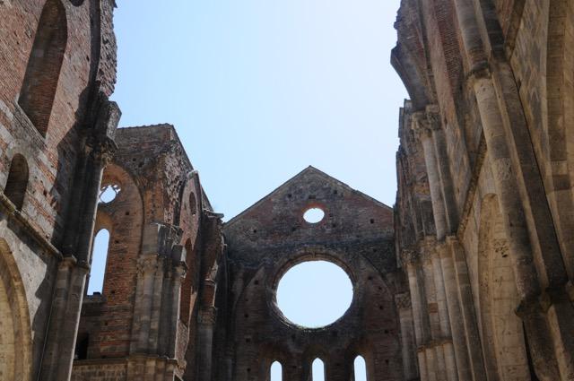 夏草に埋もれる夢の跡、廃墟となった修道院が美しすぎる