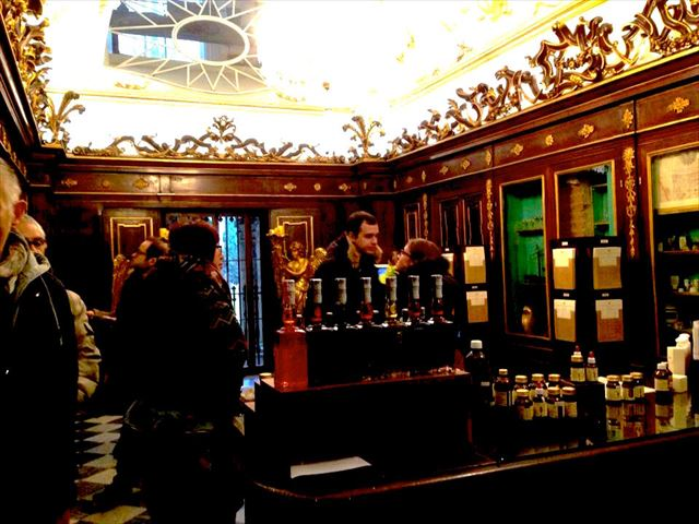 ナポレオンも愛した世界最古の薬局で、「王妃の水」を手にいれる。