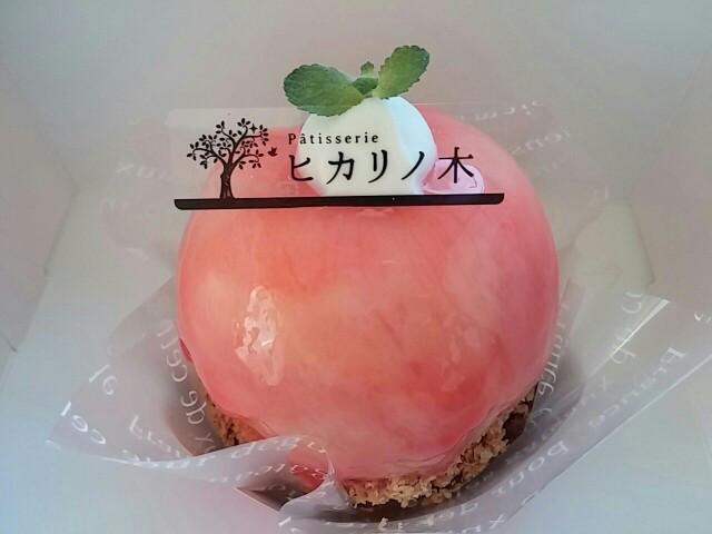 桃をまるごと1個使ったタルト。人気のケーキ屋さん「ヒカリの木」