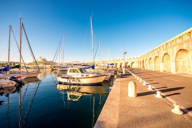 青い海が美しい コートダジュールの街アンティーブ