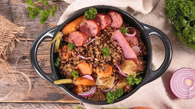 【簡単レシピ】お鍋ひとつで完成! フランスの家庭料理「レンズ豆とソーセー