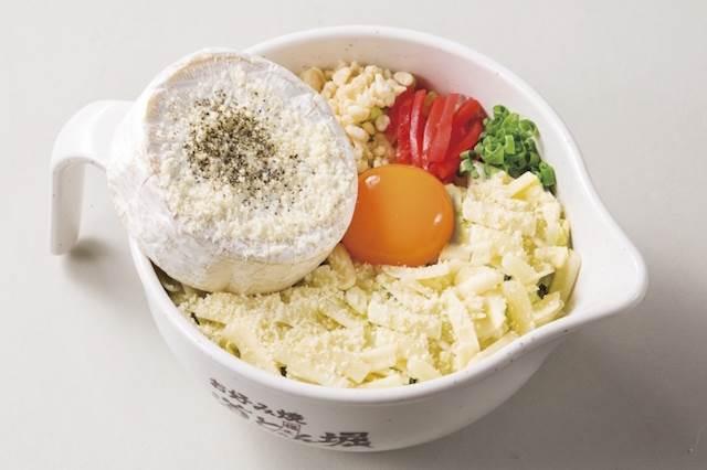 カマンベールチーズが丸ごとどーん!期間限定のとろーりチーズのお好み焼き