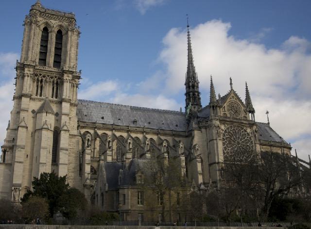 パリのノートルダム大聖堂の彫刻に隠された伝説とは