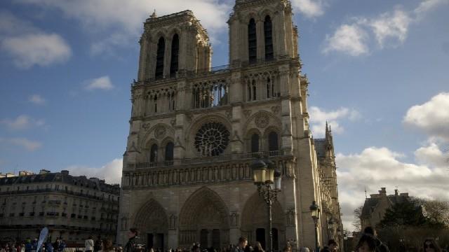 パリのノートルダム大聖堂の彫刻に隠された悪魔伝説とは?