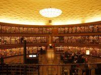 【世界一美しい首都】ストックホルムの360度本が並べてある市立図書館/現地特派員レポート