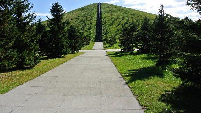【札幌】大地を彫刻した男イサム・ノグチとミシュラン三つ星の味に出会う/現
