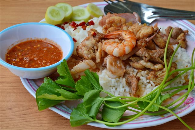【東南アジアの食事マナー】スプーンとフォークでいただきます!