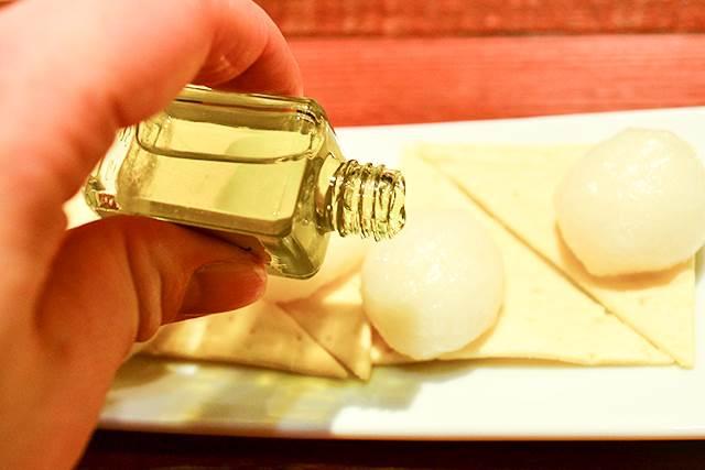 校正中Bつきたてお餅にオリーブオイル…「たねや茶屋」の「オリーブ餅」