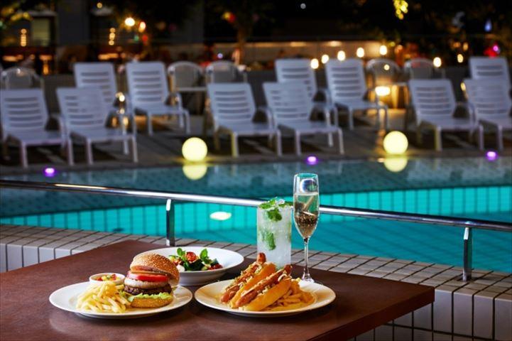 暑い夏の夜はナイトプールで涼しくリゾート気分を味わおう
