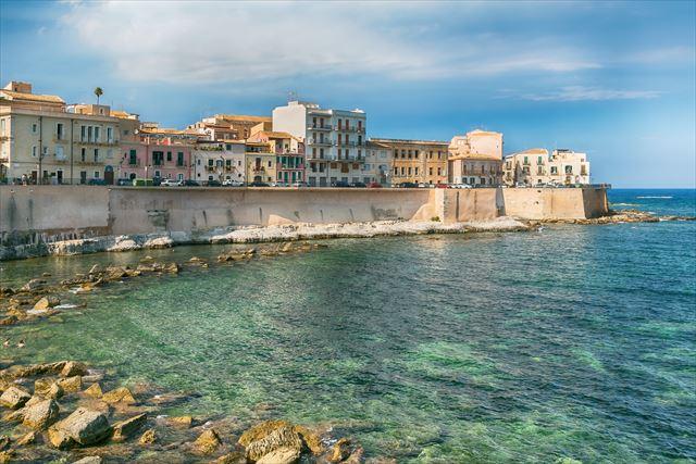 シチリアらしいのんびりした雰囲気が心地よい、小さな港町「シラクーサ ...