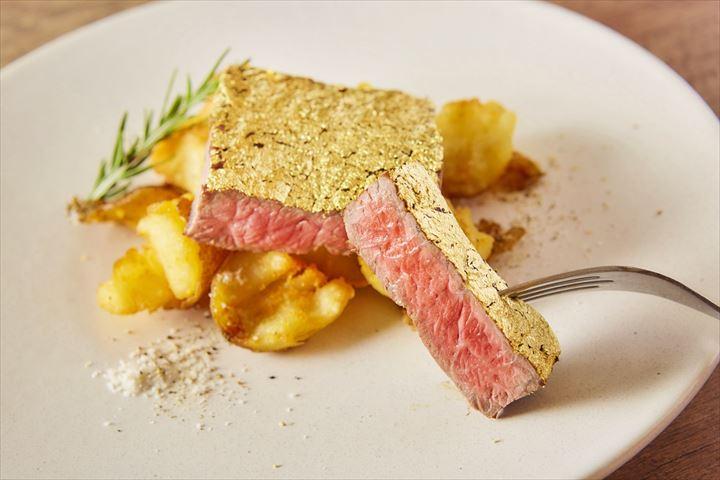 金箔で覆われた、ゴージャスな金肉ステーキで花金を楽しもう
