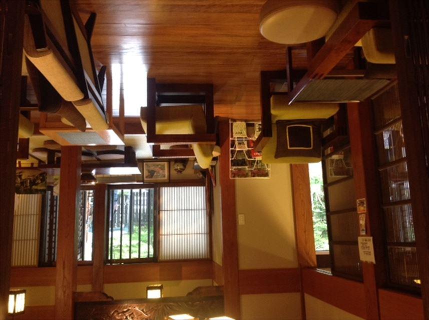 【軽井沢】文人も愛した名門旅館を大改修!古本屋やギャラリーも入居するカフェが楽しい