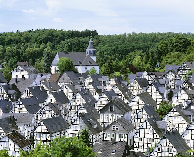 ミステリアスなモノトーンの絶景が広がるドイツの秘境の町、フロイデンベルク