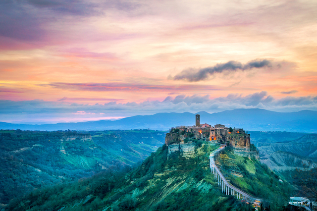 「イタリアのラピュタ」と呼ばれる天空の村、チヴィタ・ディ・バニョレージョの儚く幻想的な絶景