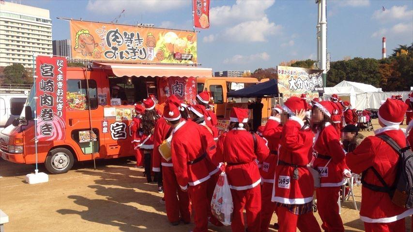 サンタクロース姿で走って食べるグルメサミット&チャリティイベント【大阪城公園】