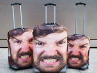 超絶インパクト! 顔入りスーツケースカバーが役に立つ4つの理由