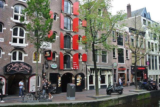 アムステルダムの官能的で妖艶な「飾り窓」を現地レポ/オランダ